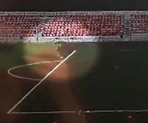 【衝撃】サッカーコートでゴールキーパーが練習中にボールを蹴る瞬間、雷に打たれる衝撃映像