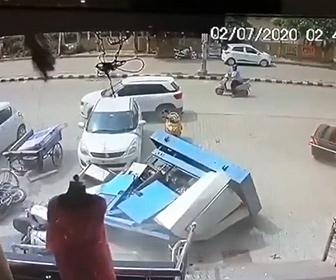 【衝撃】商業ビル屋上からクレーンで発電機を降ろそうとするが落下してしまう衝撃映像