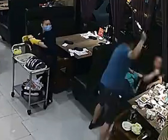 【暴行】男がレストランで食事をしている妻を殴り一緒にいた男性にも殴りかかる衝撃映像