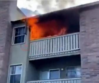 【火事】アパート火災でベランダから投げられた子供を男性が走って受け止める衝撃映像
