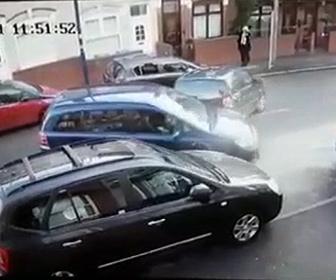 【事故】縦列駐車をしようとする女性運転手の運転がヤバすぎる衝撃映像