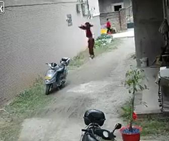 【衝撃】アパートの窓から子供が落下し地面に激突する衝撃映像
