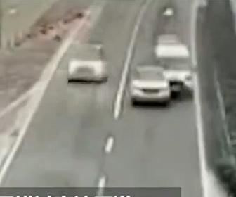 【衝撃】高速道路で出口を逃した車がバックをするが…