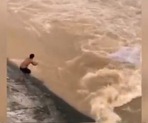 【衝撃】洪水により増水した川で魚を捕ろうとする男性が濁流に流されてしまう衝撃映像