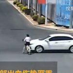 【事故】信号無視をする電動自転車に乗る女性が横から猛スピードの車にはね飛ばされる衝撃映像