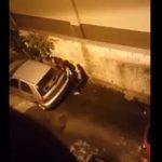 【衝撃】女性が車の陰で用を足そうとするが上から…
