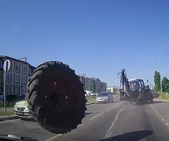 【事故】前を走るトラクターのタイヤが外れ、対向車に激突し突っ込んでくる衝撃映像