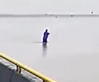 【衝撃】男性が漁に使う網を持って堤防を歩いているが深みにはまり溺れてしまう衝撃映像