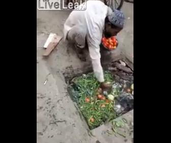 【衝撃】野菜や果物を下水道の水で洗うパキスタンの露天商がヤバすぎる