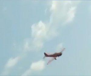 【事故】フェスティバルで曲技飛行をする飛行機が川に墜落。川沿いにいた人達が巻き込まれる事故映像