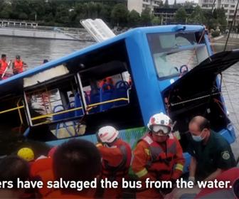 【事故】路線バスが突然湖に突っ込んでしまう衝撃事故映像