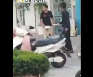 【衝撃】両手にナイフを持って逃走する男2人が警察官に銃で撃たれ逮捕される衝撃映像