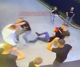 【暴行】レストランで男達が喧嘩。銃を撃ちまくる男に殴りかかる男性が凄い