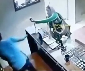 【強盗】女強盗が店員に催涙スプレーをかける商品を盗もうとするが…
