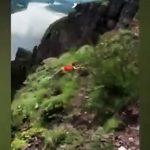 【衝撃】崖で自撮りしようとする女性が50m落下してしまう衝撃映像
