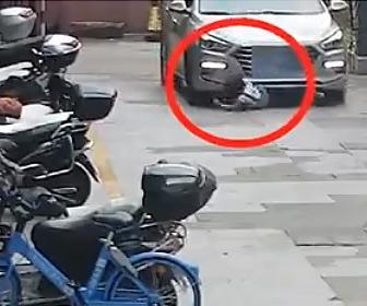 【事故】駐車場で座って遊ぶ少女に気づかず入ってきた車が少女を轢いてしまう
