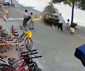 【事故】猛スピードの暴走車が街路樹をなぎ倒し歩道にいる母親と子供に突っ込む