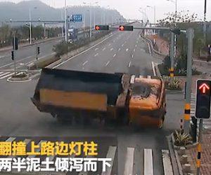 【事故】ダンプカーが交差点でスピードを出し過ぎ曲がり切れず横転してしまう