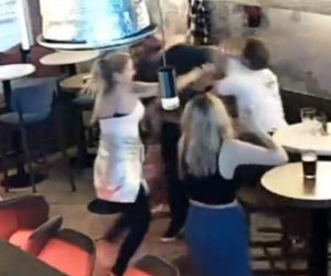 【喧嘩】カフェで男達が口論になり詰め寄った男性が男にナイフで刺されまくる衝撃映像