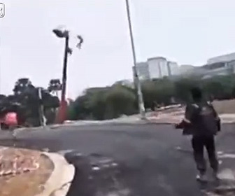【衝撃】クレーンが倒れ、ゴンドラに乗る作業員が宙ずりになってしまう衝撃映像