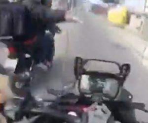 【強盗】バイクを走行中、バイクに乗った強盗に襲われ必死に逃げる衝撃映像