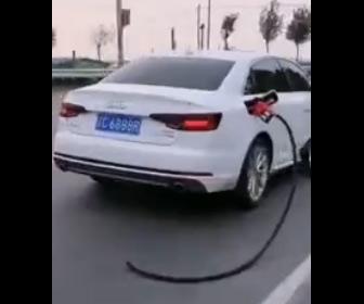 【衝撃】女性が運転する車がガソリンスタンドの給油ノズルを引きずって走る衝撃映像