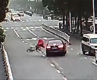 【事故】道を渡ろうとする自転車が猛スピードの車にはね飛ばされる衝撃映像