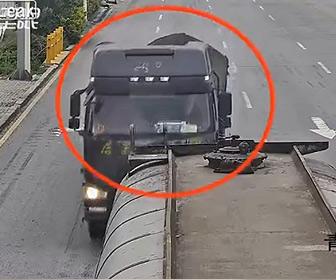 【事故】信号待ちをしているタンクローリーに居眠り運転の大型トラックが突っ込む衝撃映像