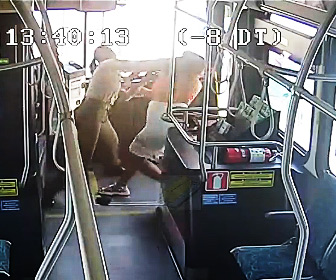 【暴行】バス乗客の女が運転手に殴りかかり、バスのワイパーをへし折る衝撃映像