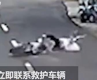 【事故】母親と娘が乗るスクーターに犬が突っ込んでくる衝撃映像