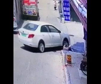 【動画】スケボーで遊ぶ少年が右折する車にゆっくり轢かれてしまう衝撃映像