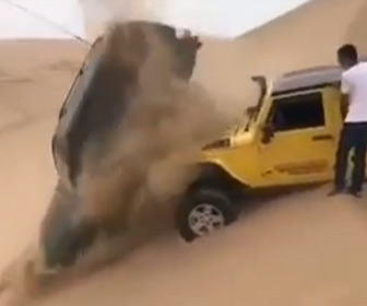 【衝撃】砂漠ドライブで立ち往生している車の横を猛スピードの車が大ジャンプするが…