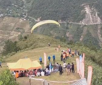 【事故】山の頂上から観光客がパラグライダーで飛び立つが強風にあおられ…