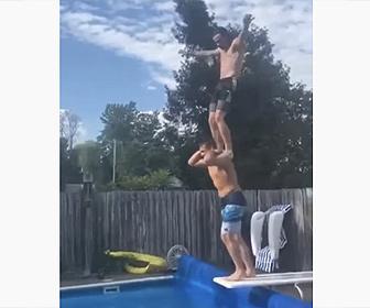 【衝撃】男性の肩に立ちプールに飛び込もうとするが…