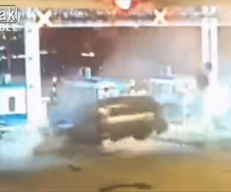 【事故】居眠り運転の車が猛スピードで料金所に突っ込んでしまう衝撃映像