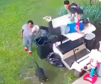 【衝撃】襲いかかるピットブルから男性たちが必死に逃げる衝撃映像