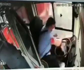 【事故】バスに横から大型トラックが突っ込みバス運転手が放り出される衝撃映像