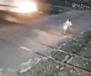 【事故】遮断器が下りた踏切を渡ろうとしたバイクが猛スピードの電車に轢かれる衝撃映像