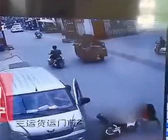 【衝撃】車のドアが突然開きスクーターが激突。スクーター運転手が倒れ大型トラックに轢かれる