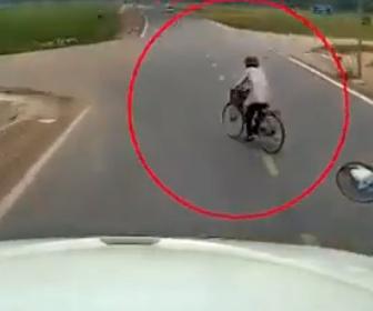 【事故】自転車が突然曲がり大型トラックが避けようとして田んぼに突っ込む衝撃映像