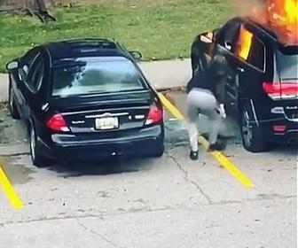 【衝撃】女がSUV車に燃料を撒き火を付けるが…