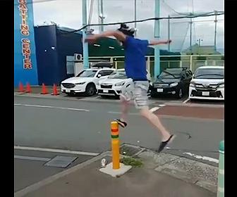 【衝撃】男性が車止めポールに飛び移ろうとするが…【パルクール失敗】