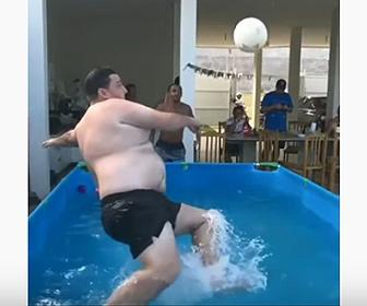 【衝撃】太った男性の強烈なボレーシュートが炸裂