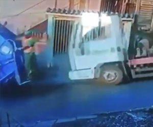 【衝撃】ゴミ収集作業員が収集車に飛び乗るが後ろから大型トラックが突っ込んでくる衝撃映像