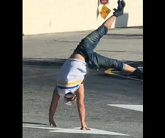 【衝撃】駐車場でトラックの進路を邪魔する男が警察官に逮捕される衝撃映像