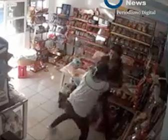 【衝撃】銃を持った武装強盗に女性店員が飛びかかり必死に抵抗する衝撃映像
