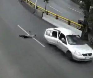 【衝撃】カーブを走る車のドアから少年が飛び出てくる衝撃映像