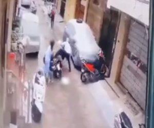 【衝撃】男が4歳少女を誘拐しようとするが母親が必死に娘を奪い返す衝撃映像
