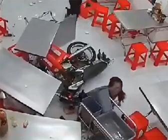 【事故】女性バイクライダーが店の壁を突き破り突っ込んでくる衝撃映像