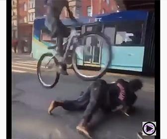 【衝撃】車道で取っ組み合いの喧嘩をしている男性2人を自転車で飛び越える男性
